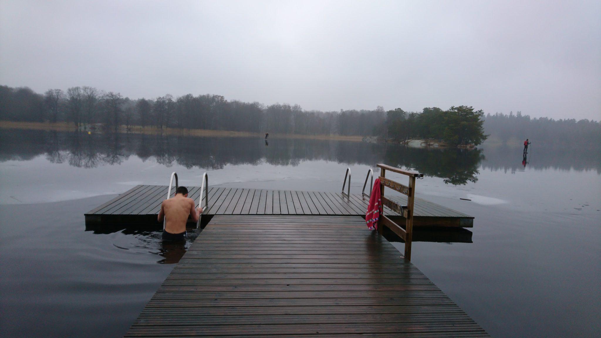 se baigner dans un lac gelé Hellasgården